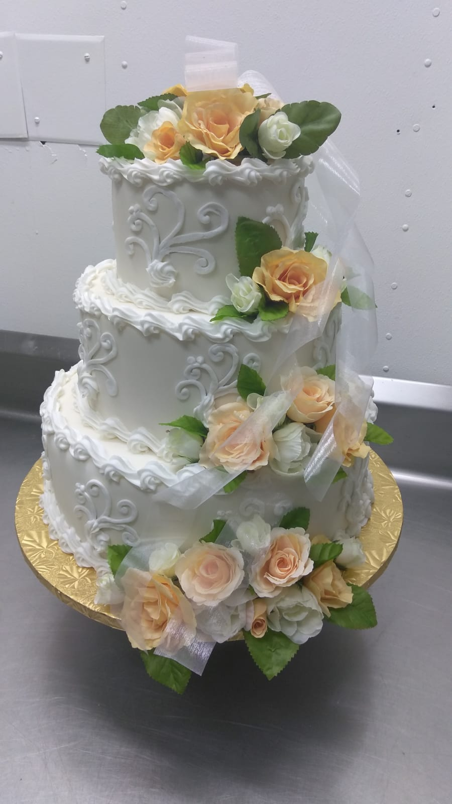 Peach roses with tulle wedding cake
